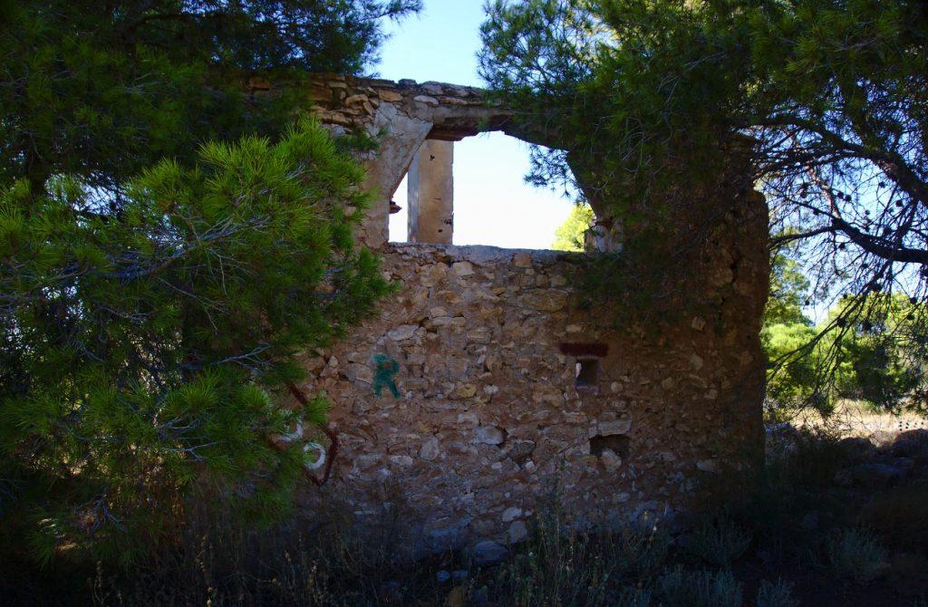 caseta abandonada y derruida en el barranco de paco mañaco santa pola