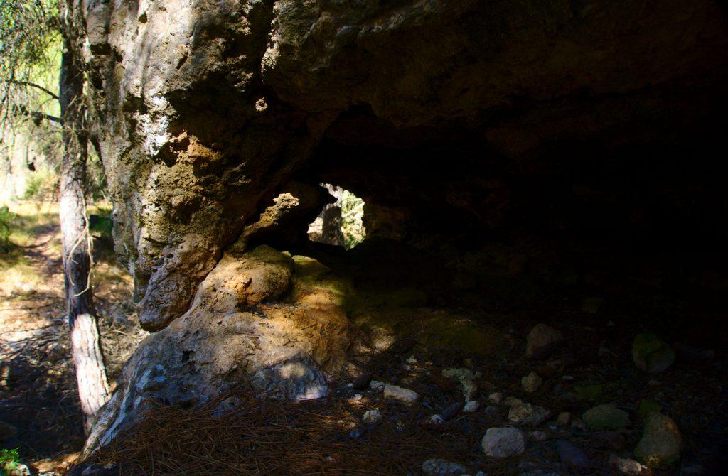 cueva con tragaluz en el barranco de paco mañaco santa pola