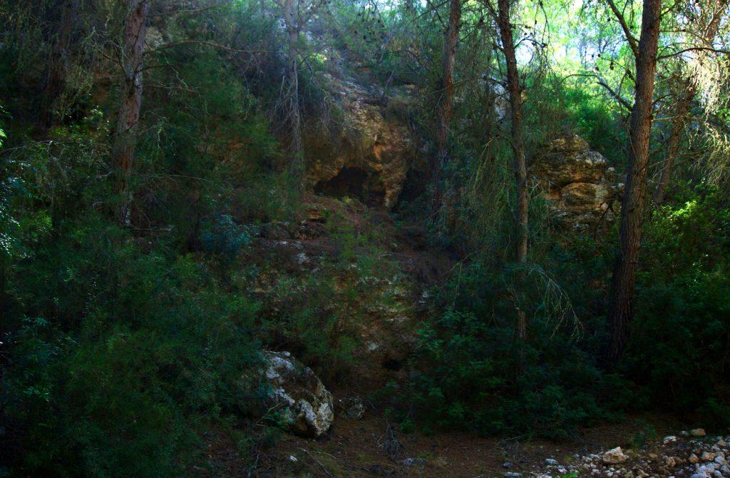 cueva en una pendiente del barranco de paco mañaco santa pola