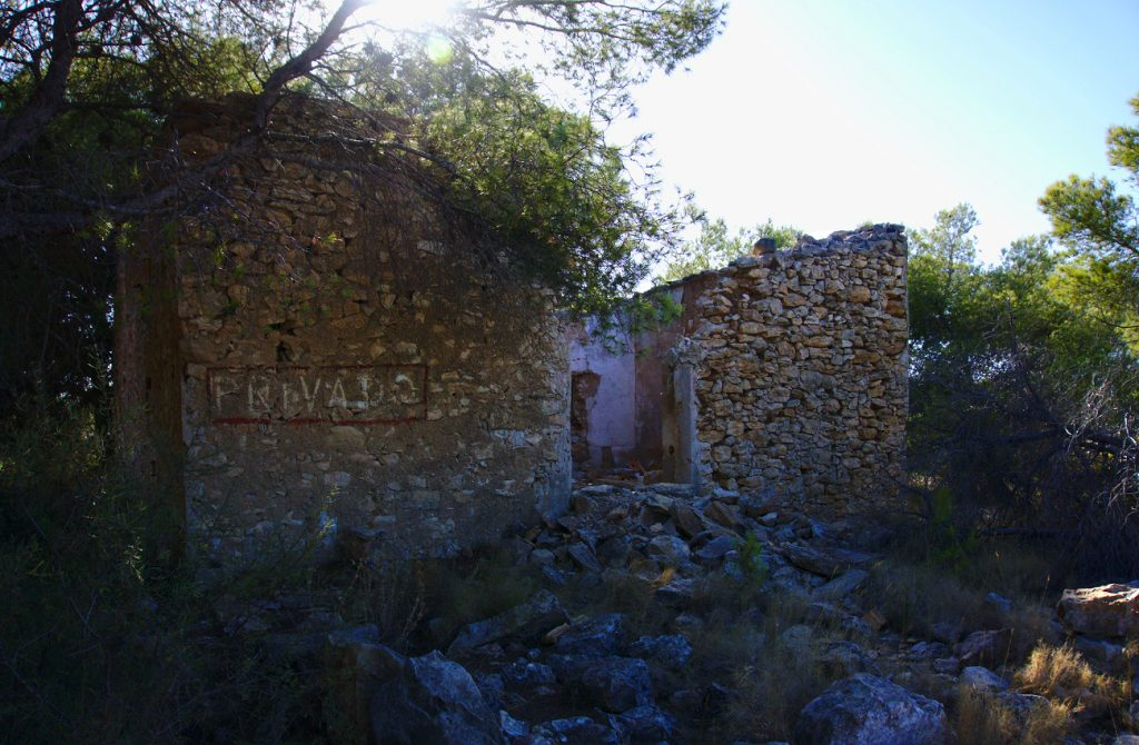 entrada derruida de antigua caseta en el barranco de paco mañaco santa pola