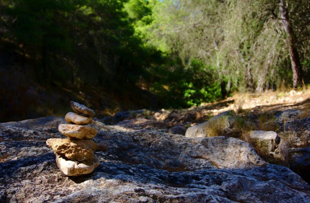 hito de piedras en el cauce seco del barranco de paco mañaco en santa pola