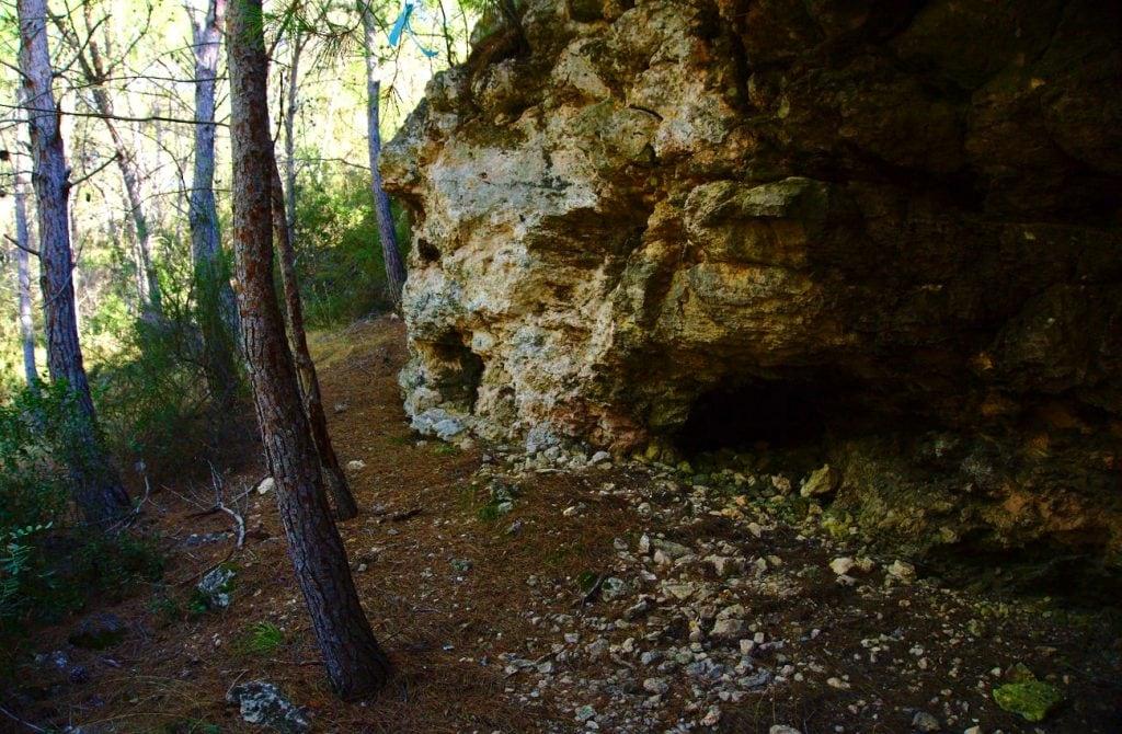 muro de roca con pequeñas cuevas en el barranco de paco mañaco santa pola