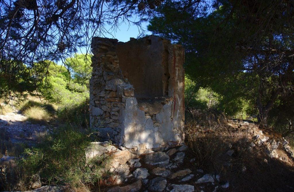 pequeña torre de un antiguo pozo en el barranco de paco mañaco santa pola