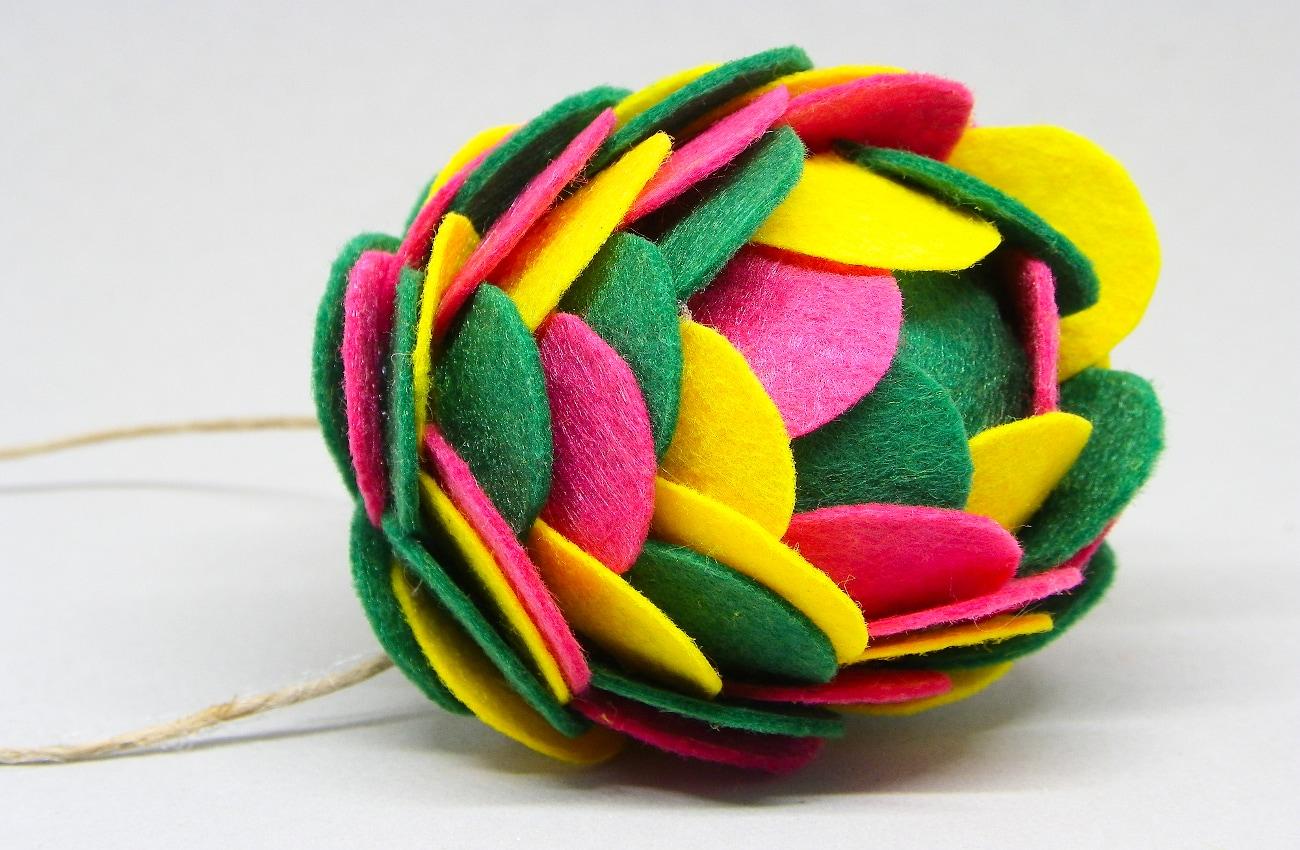 bola de navidad de tres colores hecha con fieltro de colores