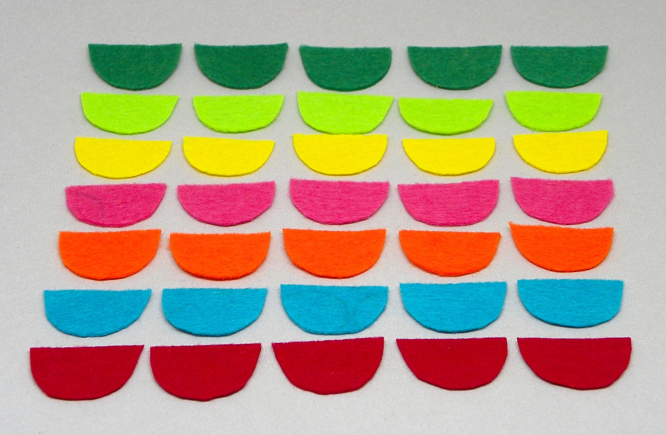 escamas de fieltro de colores para hacer bolas de navidad