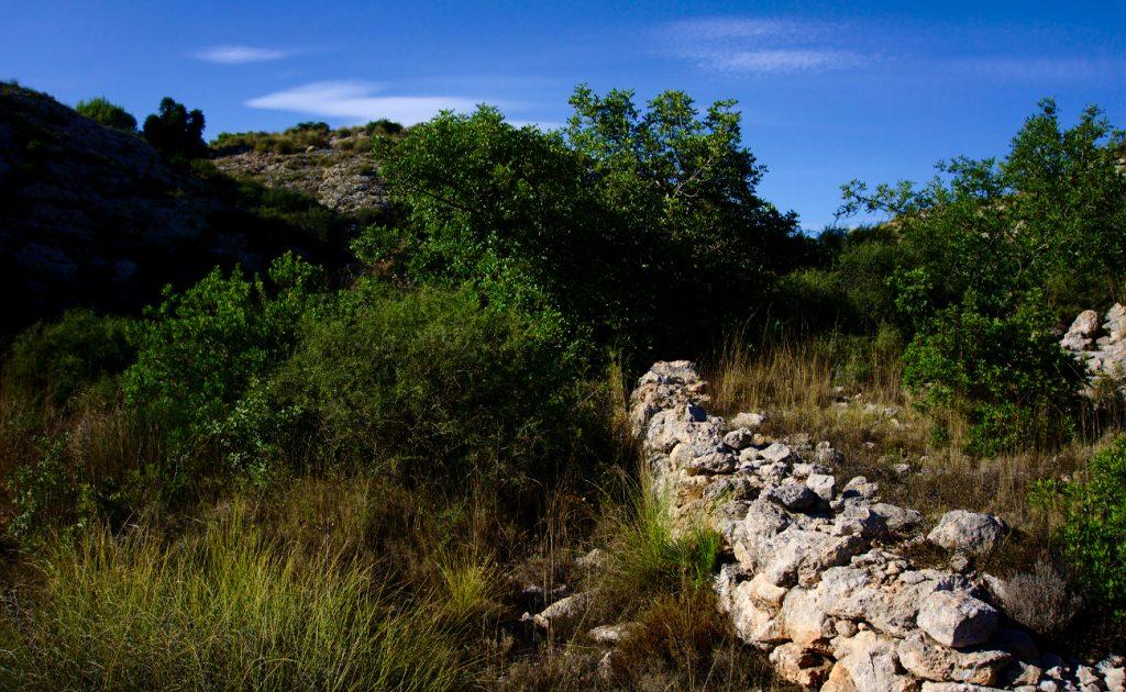 bancada de piedras en el final del barranco en la sierra de santa pola