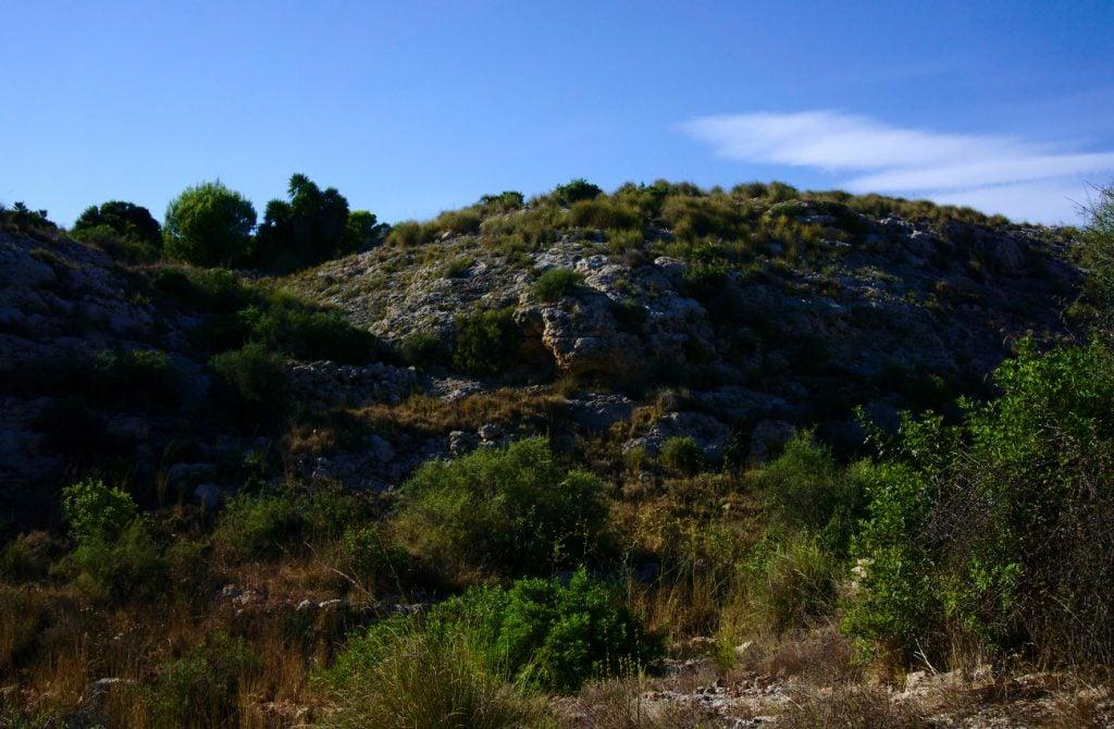 colina redondeada en el final del barranco en la sierra de santa pola