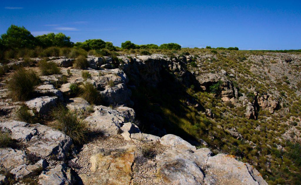 vista del barranco desde la cantera en la sierra de santa pola