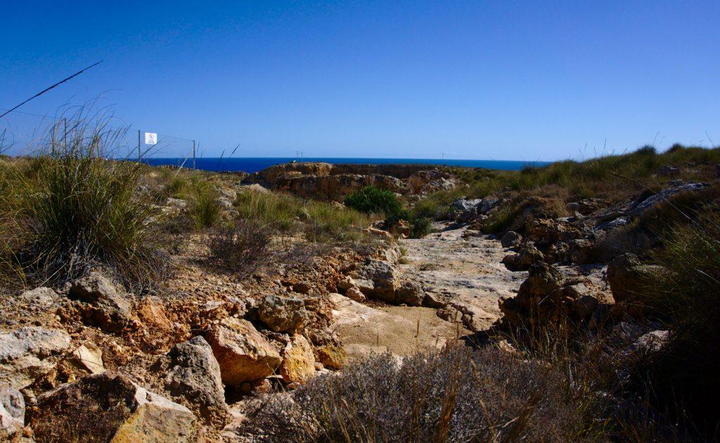 vista del mar desde la cantera en la sierra de santa pola