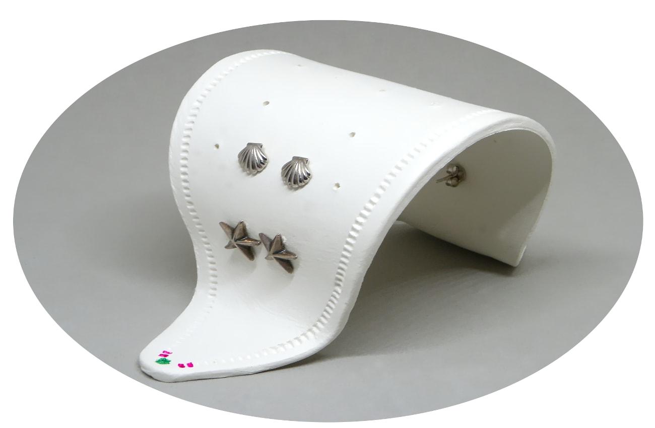expositor para pendientes hecho con pasta para modelar blanca jovi air dry marco