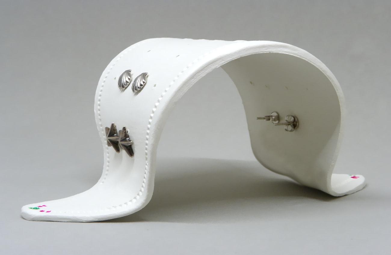 vista frontal del expositor de pendientes hecho con pasta para modelar blanca