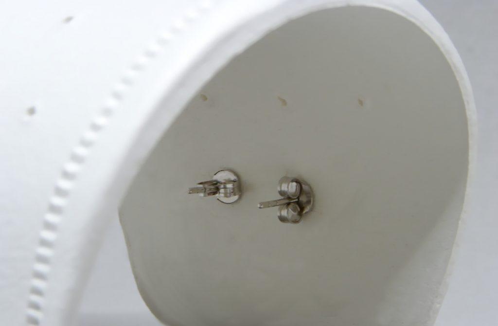 vista interior del expositor de pendientes hecho con pasta para modelar
