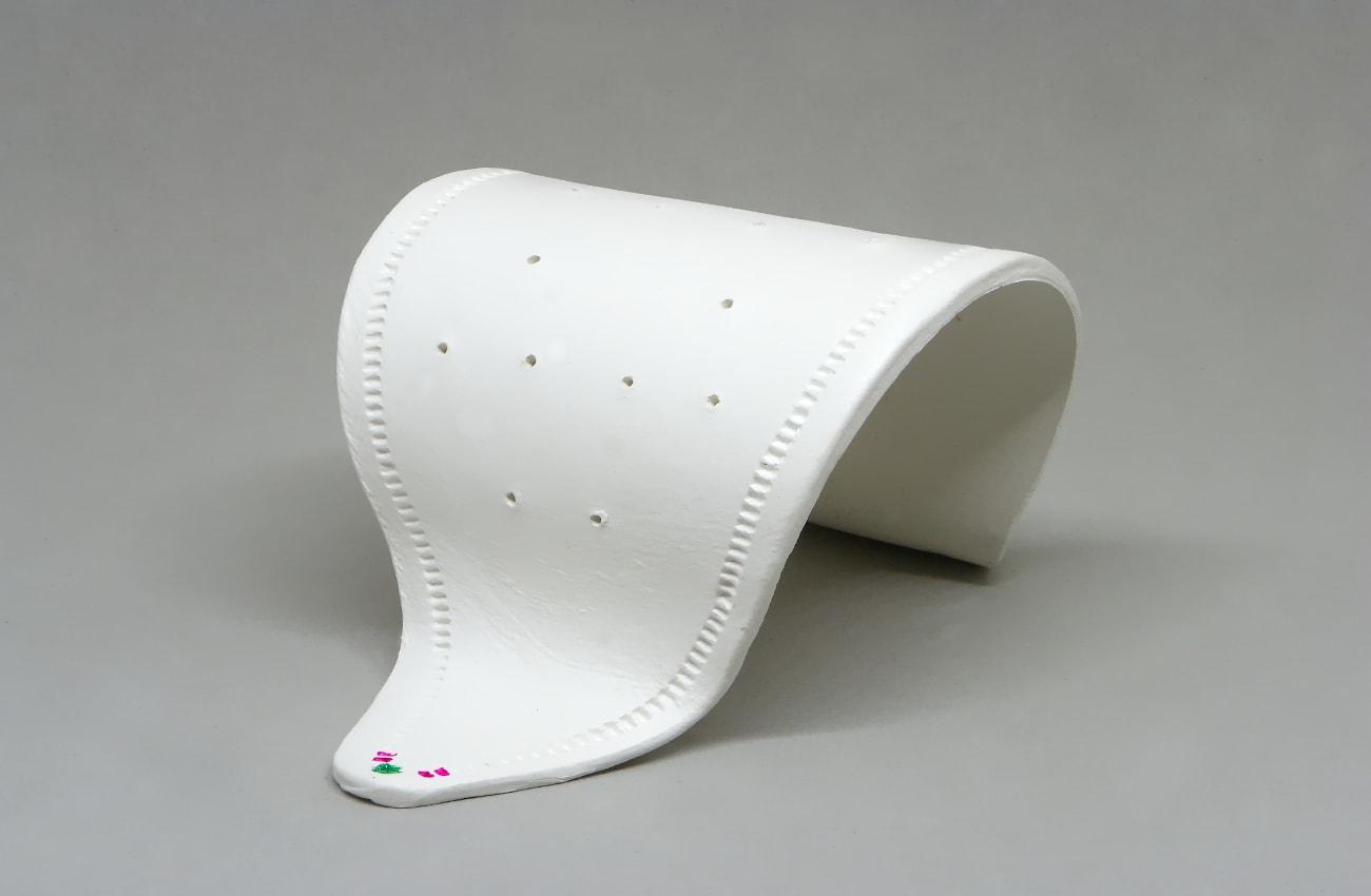 vista laterañl del expositor de pendientes hecho con pasta para modelar