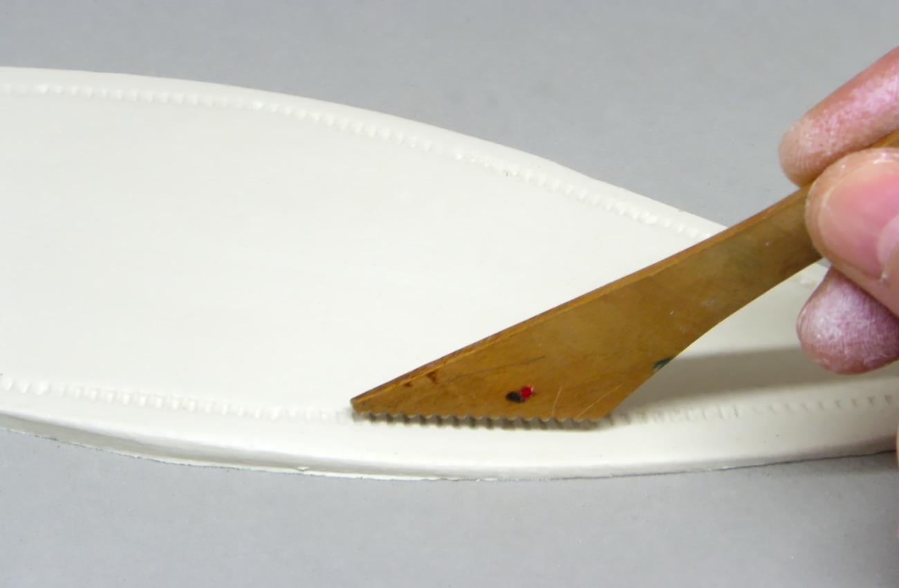grabando el expositor de pasta con un palillo de modelar