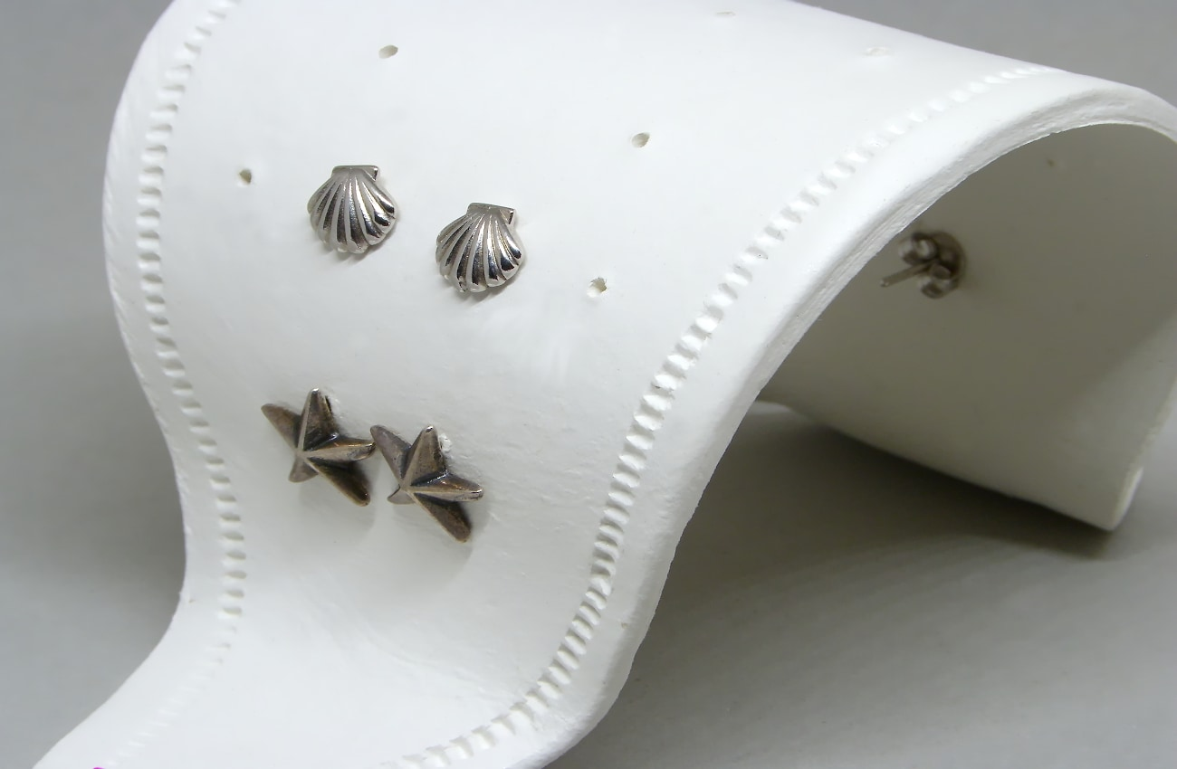 vista de cerca del expositor para pendientes hecho con pasta para modelar