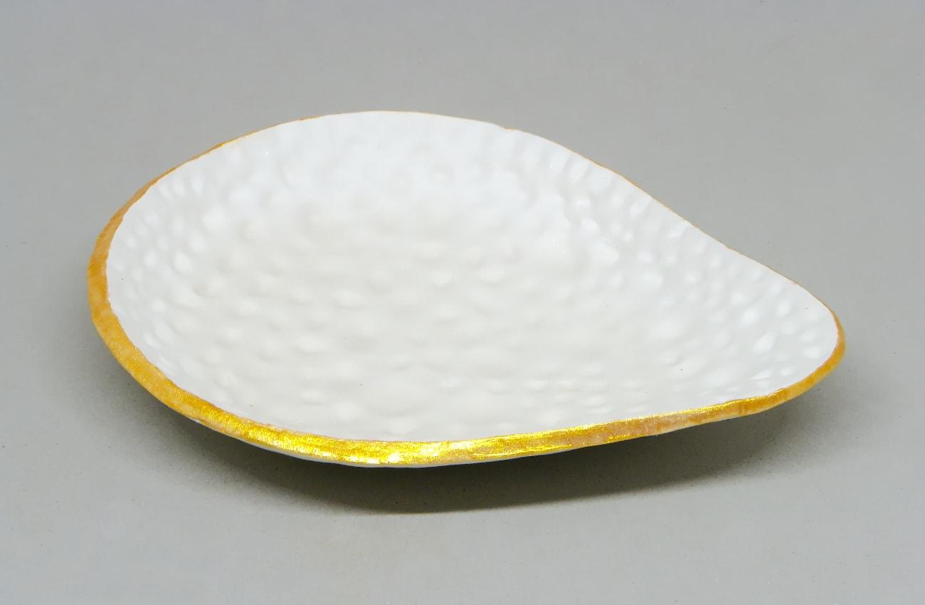 bandeja hecha con pasta para modelar y pintado el contorno con pinturas acrilicas