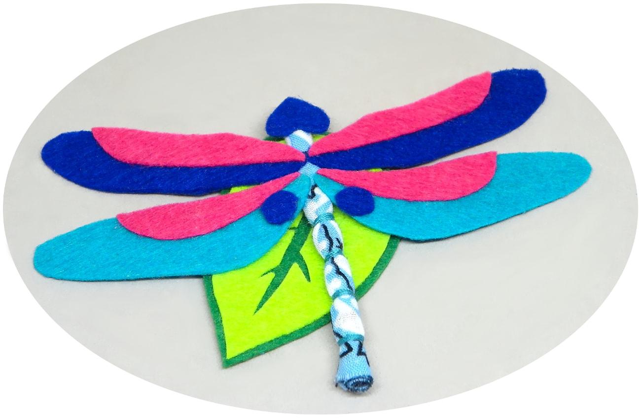 broche de libelula tornasol hecho con fieltro de colores y tela