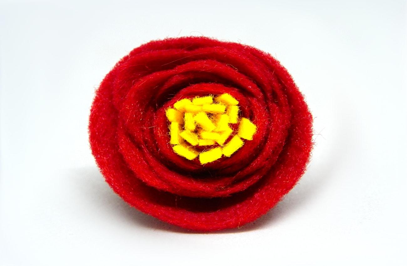 flor roja de fieltro para hacer centro de mesa
