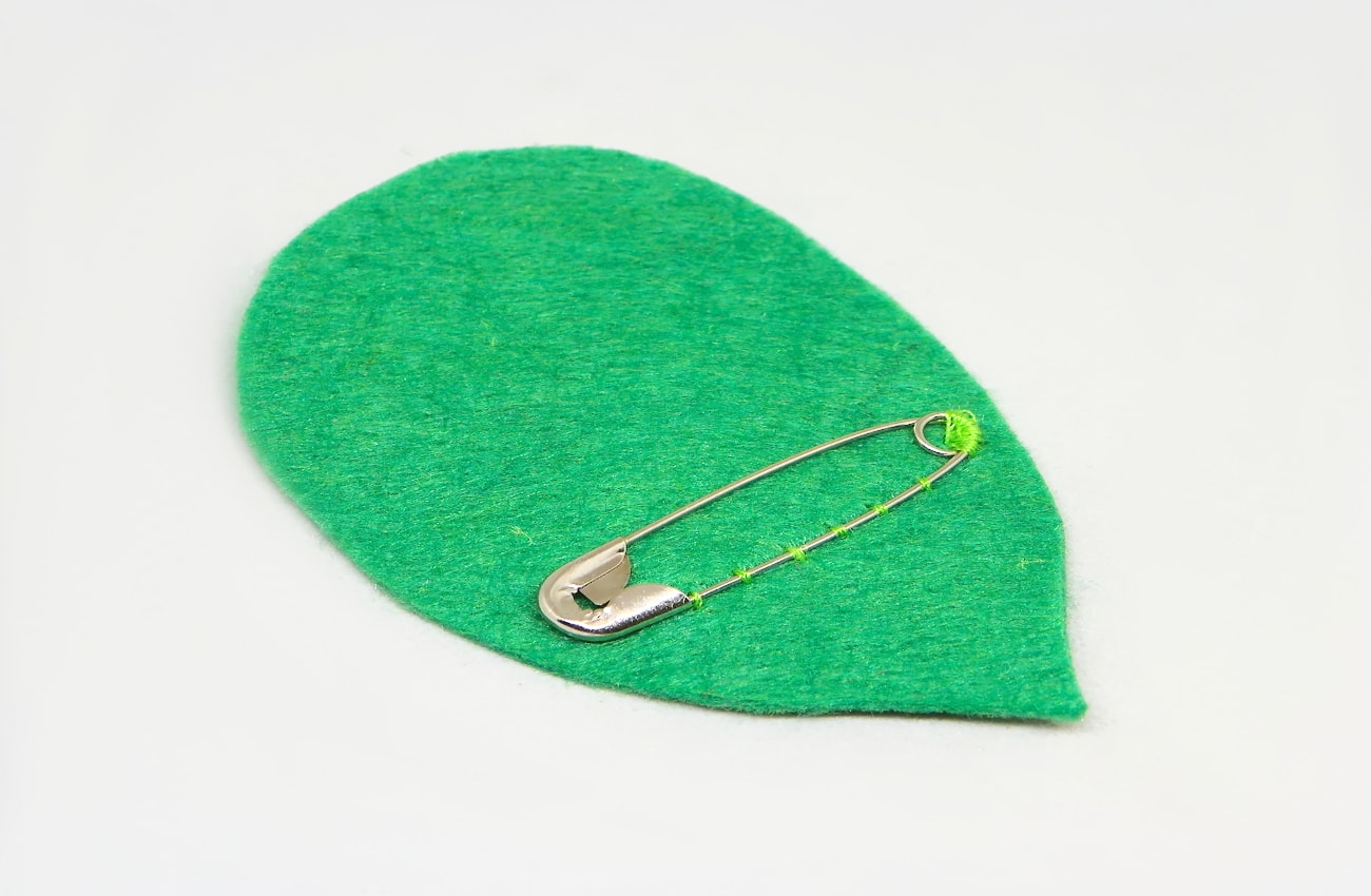 hoja verde hecha de fieltro con imperdible para broche de libelula