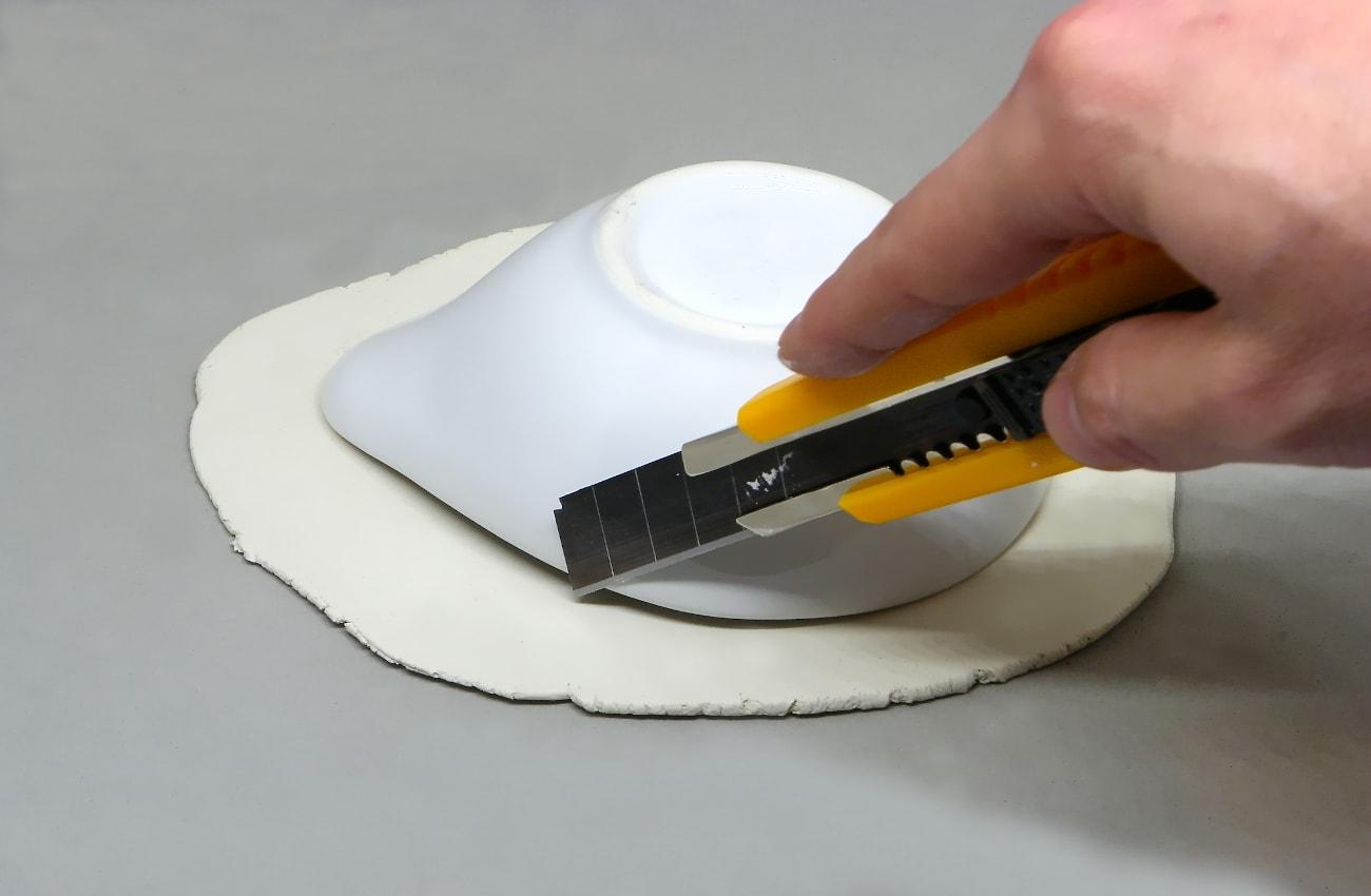 utilizando cuenco como patron para recortar pasta para modelar