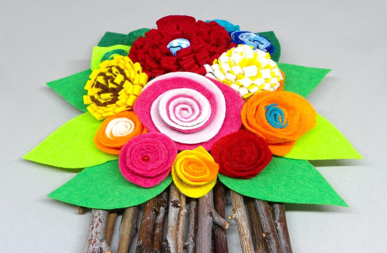 vista central del centro de mesa hecho con flores de fieltro y ramas secas