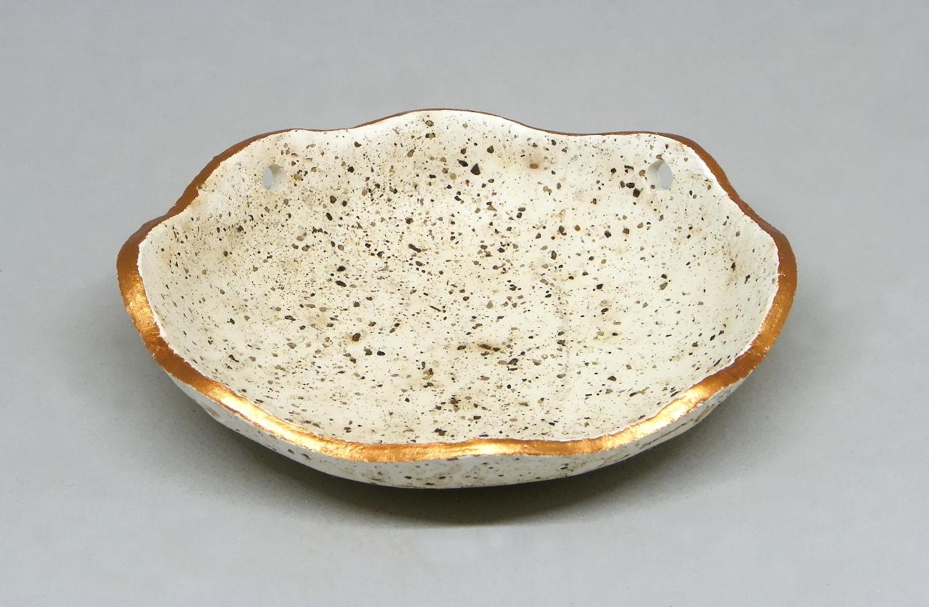 cuenco hecho con pasta para modelar y pimienta negra pintado el contorno con pinturas acrilicas