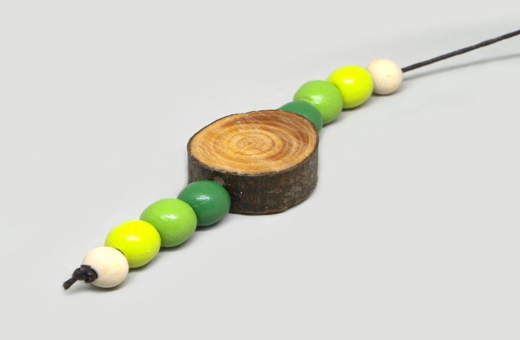 colgante para movil de viento hecho con una rodaja de madera cuenta de colores y cuerda