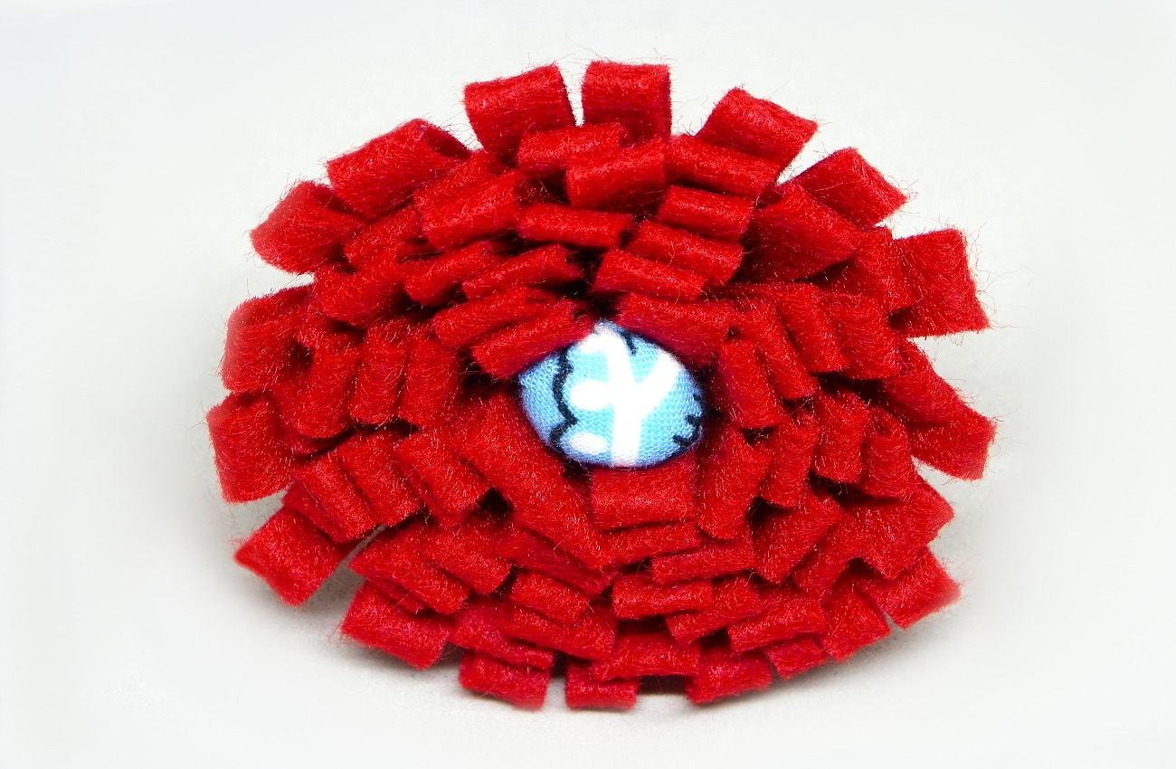 flor roja de fieltro para centro de mesa1