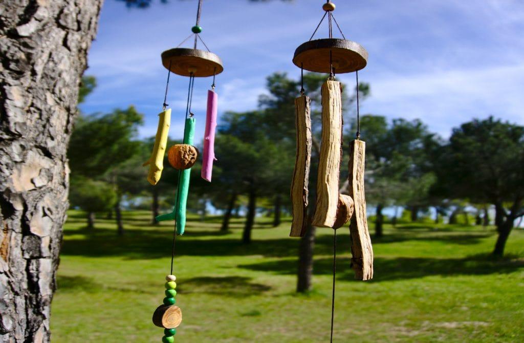 moviles de viento hechos con ramas secas cascaras de nuez y rodajas de madera
