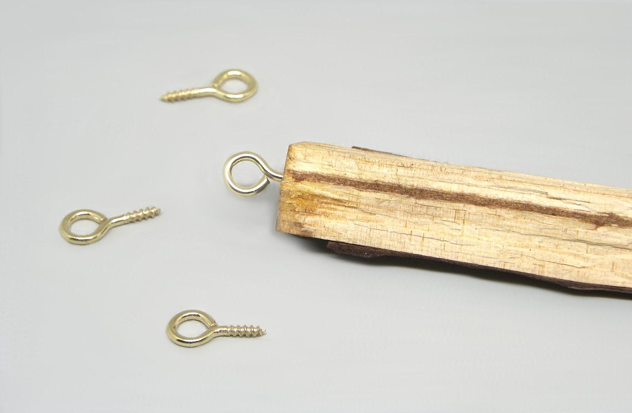 rama seca de pino con hembrilla cerrada para hacer movil de viento