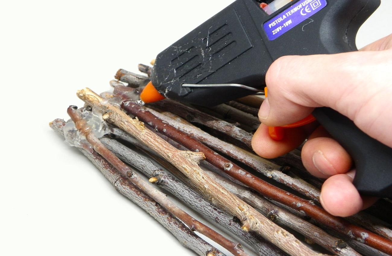 ramas secas sujetas con silicona caliente para hacer soporte de centro de mesa1