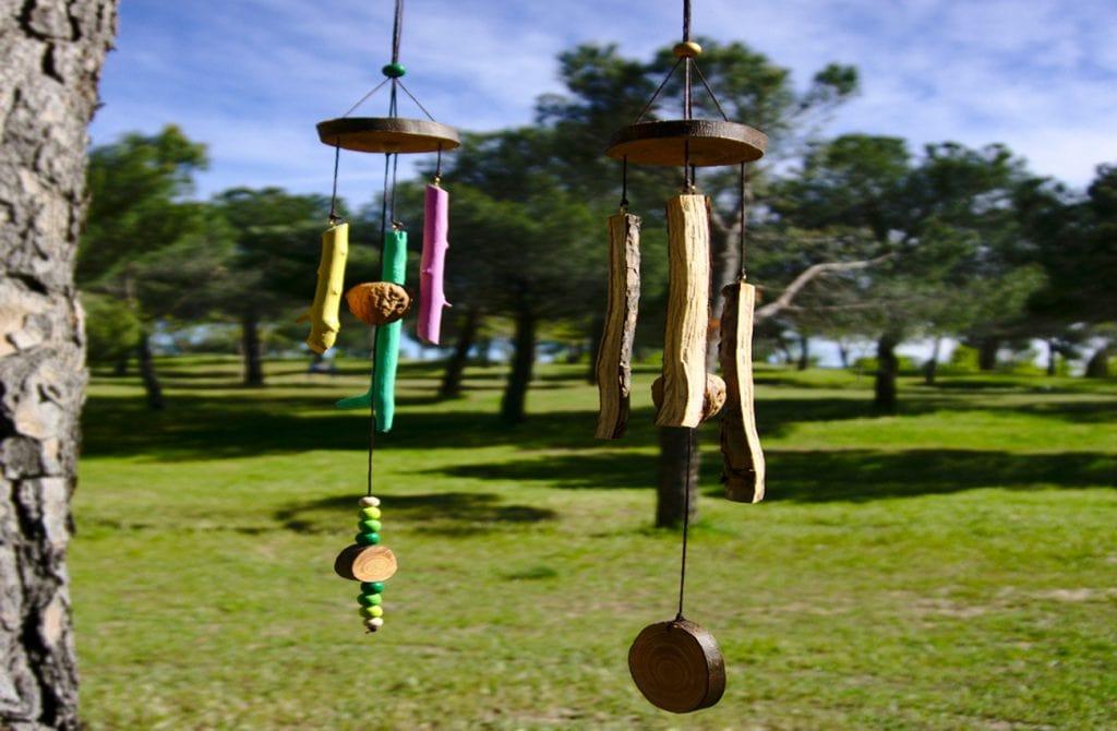 vista frontal de dos moviles de viento hechos ramas secas y cascaras de nuez