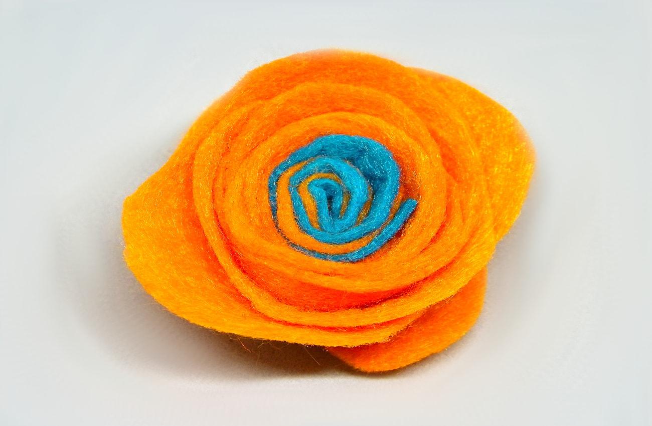 flor naranja y azul de fieltro para centro de mesa1