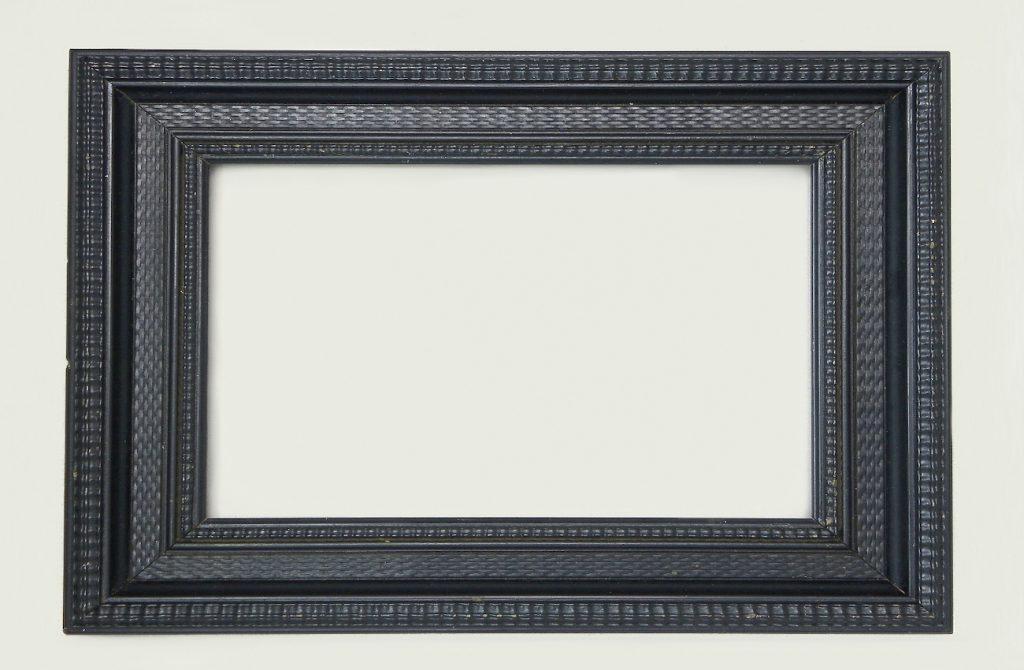 marco de madera lacado en negro mate para hacer cuadro floral con piñas secas