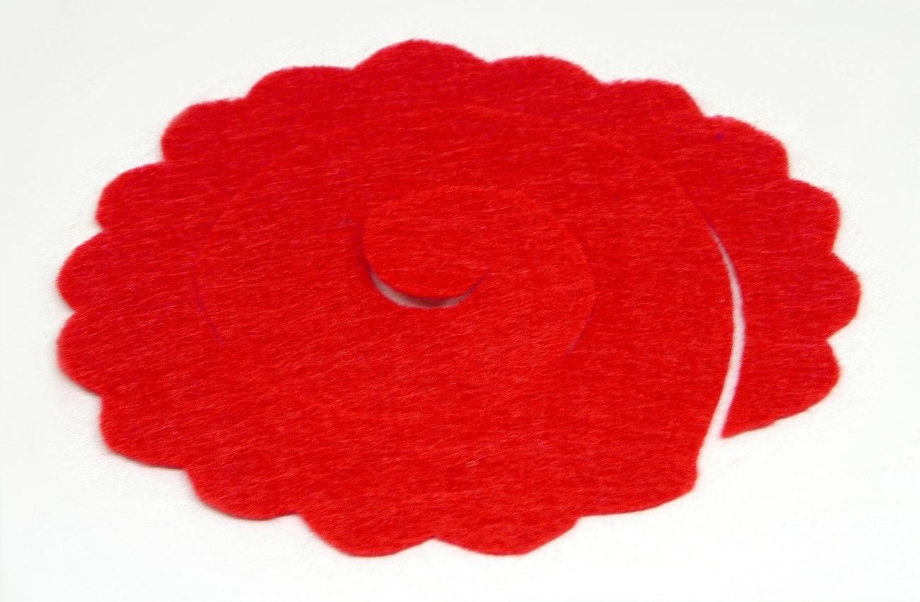 pieza de fieltro rojo recortado con forma ondulada para hacer flor1