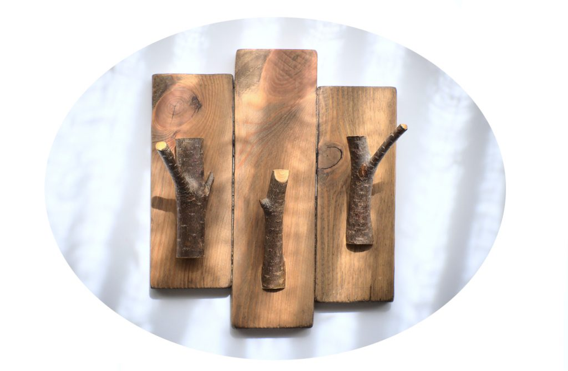 perchero de pared para colgar sombreros hecho con listones de madera y ramas secas