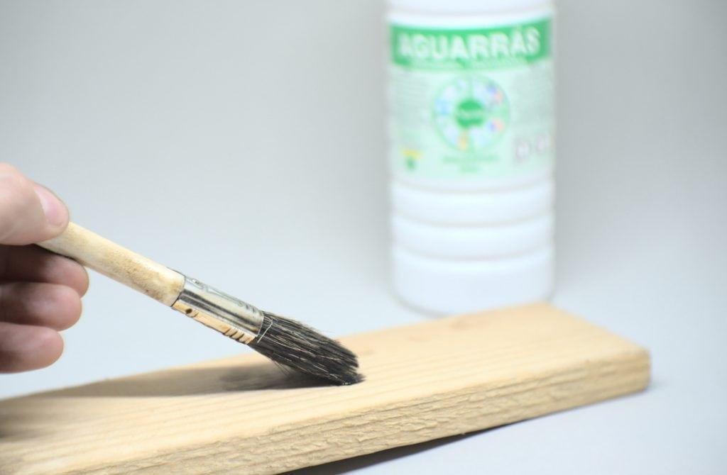 aplicando sobre la madera betun de judea diluido en aguarras con una paletina