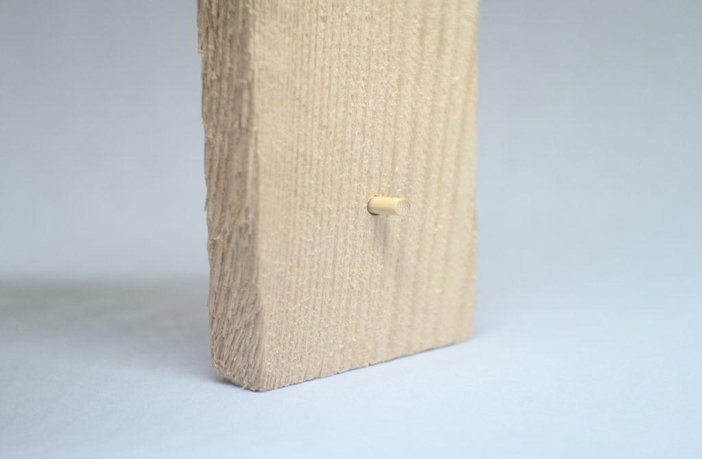 liston de madera con orifico y taco de madera