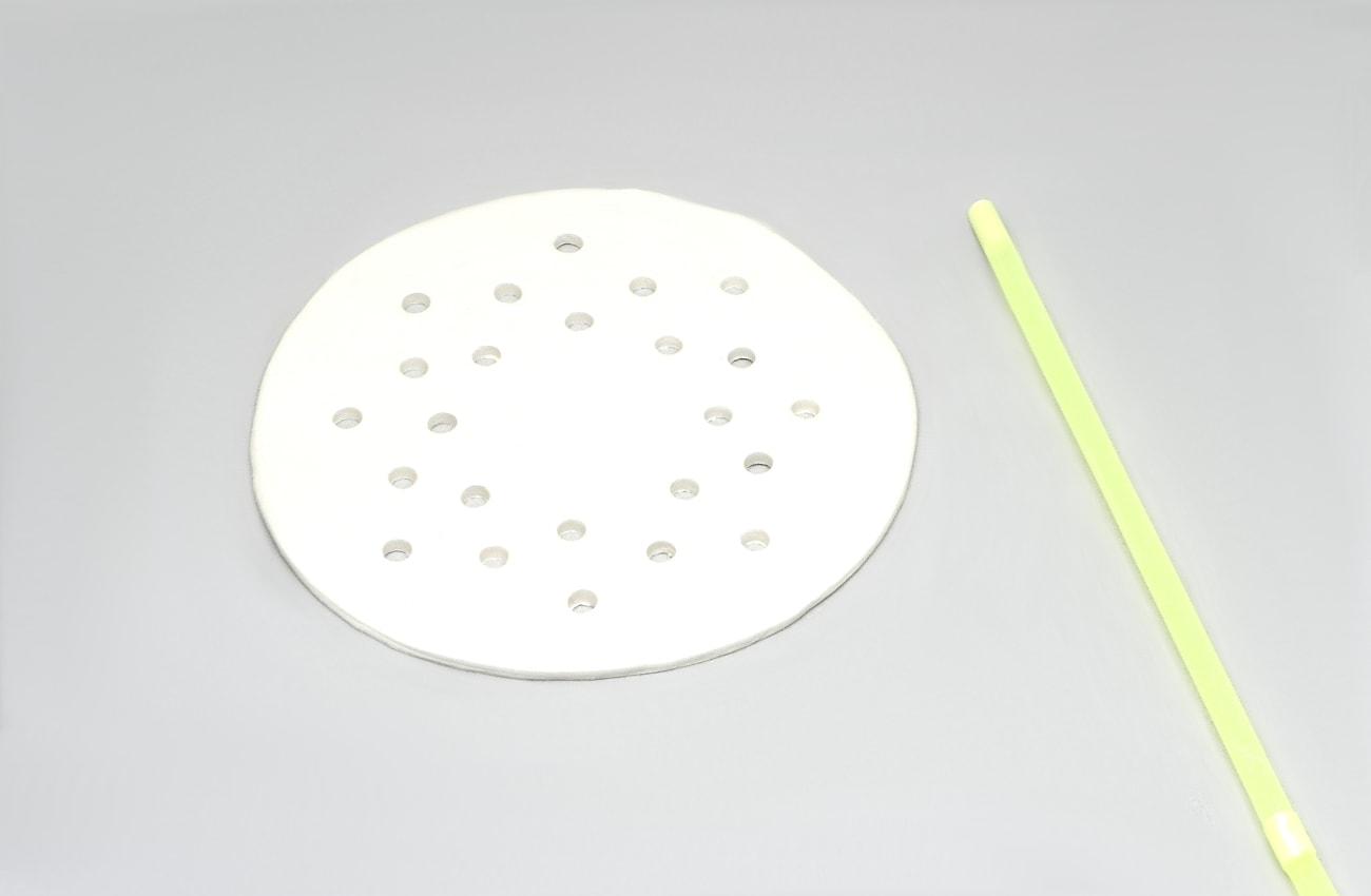 circulo de pasta para modelar con orificos hechos con una pajita