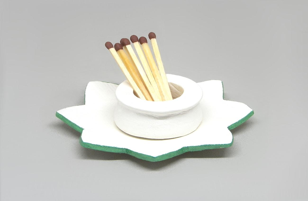pequeño candelero o porta cerillas hecho con pasta de modelar