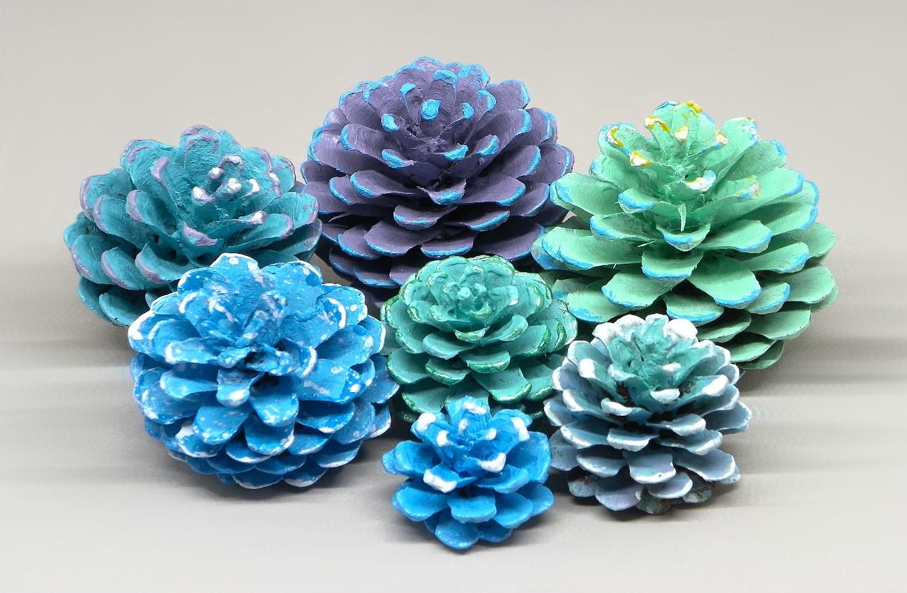 piñas secas de pino pintadas con pinturas acrilicas para hacer cuadro floral