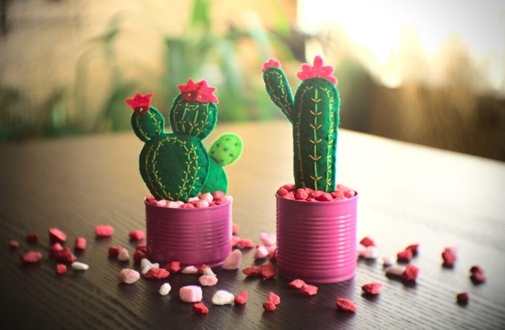 macetas con cactus hechas con latas y fieltro de colores