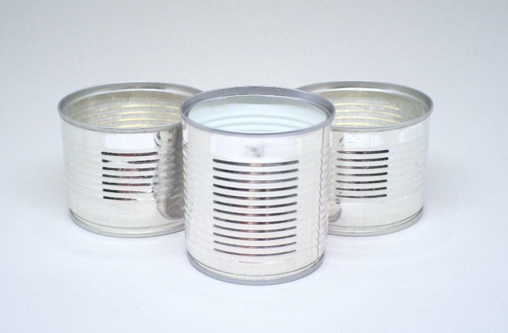 tres latas metalicas de conservas