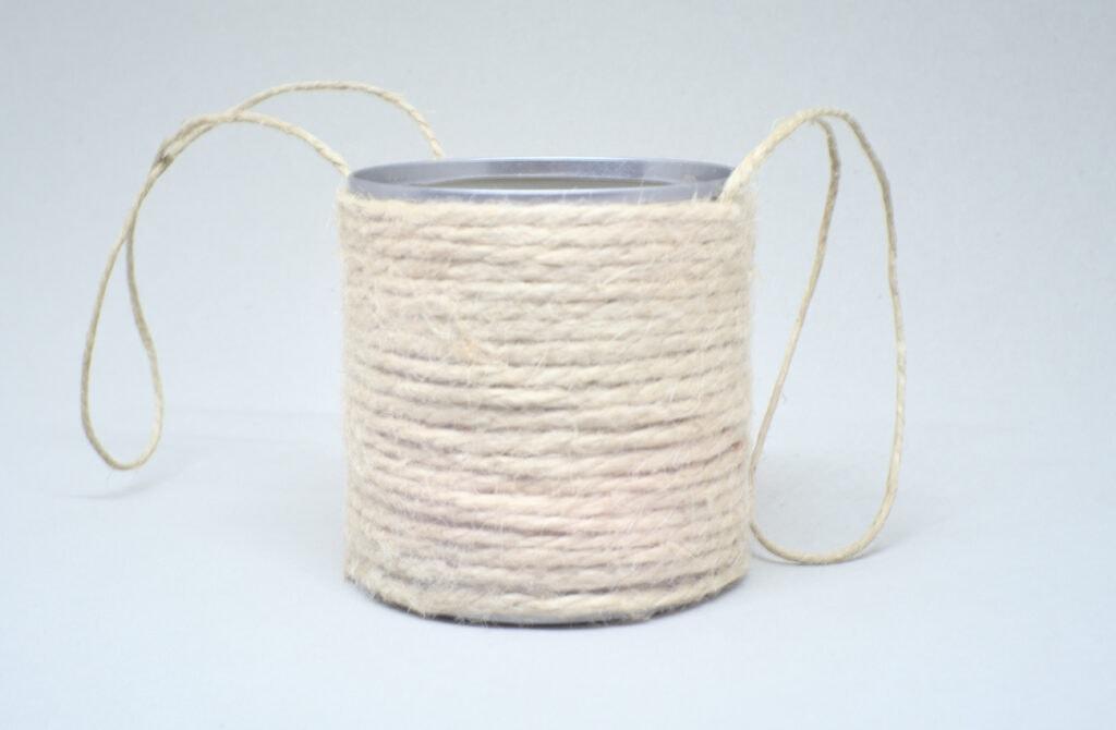 lata de conservas ennvuelta con cuerda de yute convertida en maceta colgante
