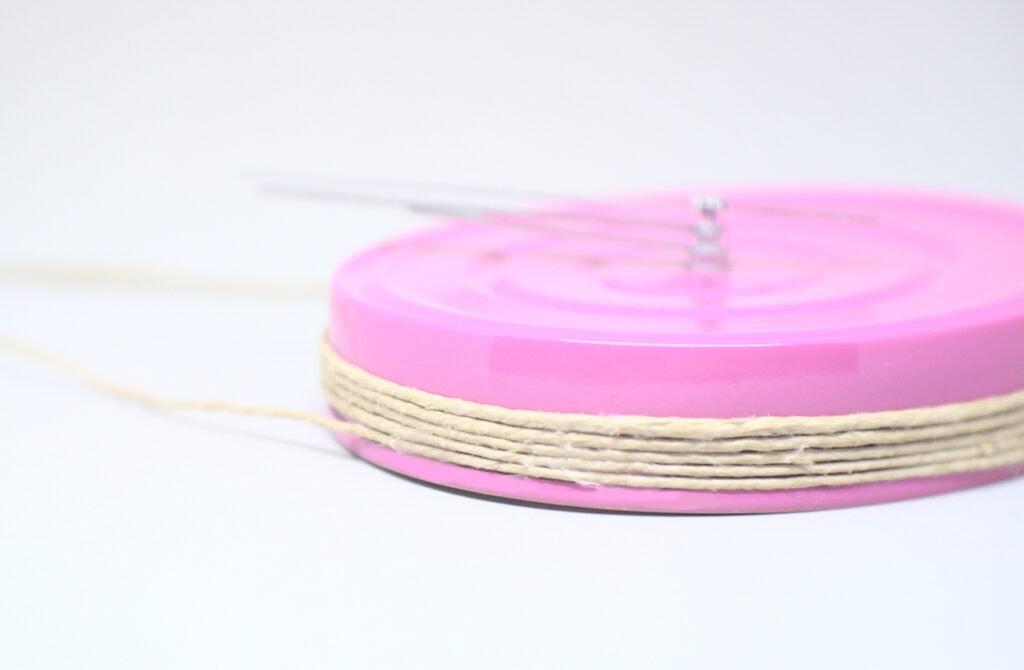 colgador hecho con cuerda de yute para reloj de pared