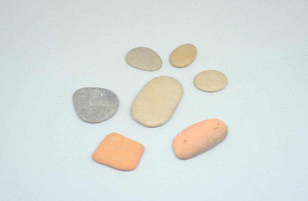 piedras planas de diferentes tamaños formas y colores