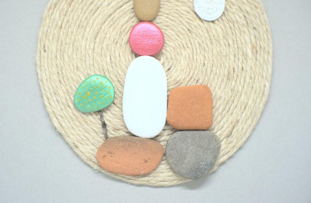 vista de cerca del cuadro hecho con piedras y cuerda de yute