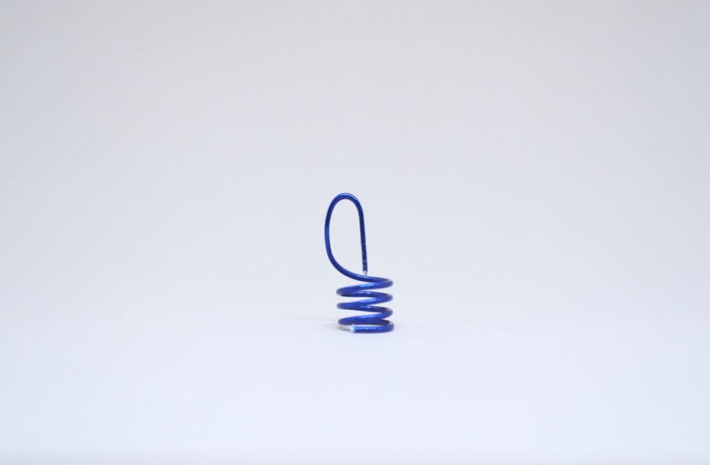 enganche en rosca hecho con alambre para manualidades de color azul